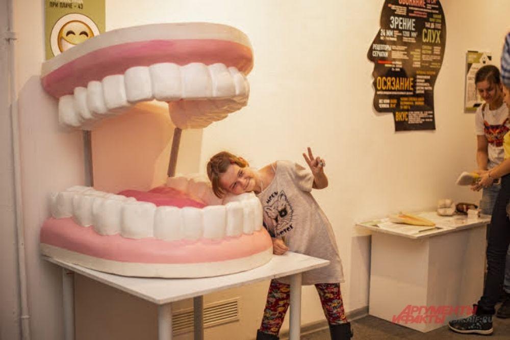 С экспонатами получаются интересные и забавные фотографии.