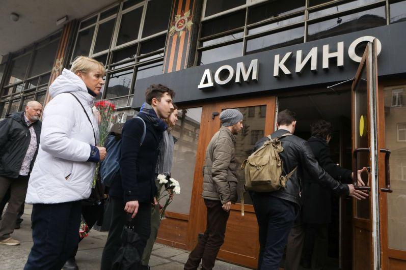 Москвичи у входа в Центральный Дом кинематографистов, где проходит церемония прощания с режиссером Георгием Данелией.