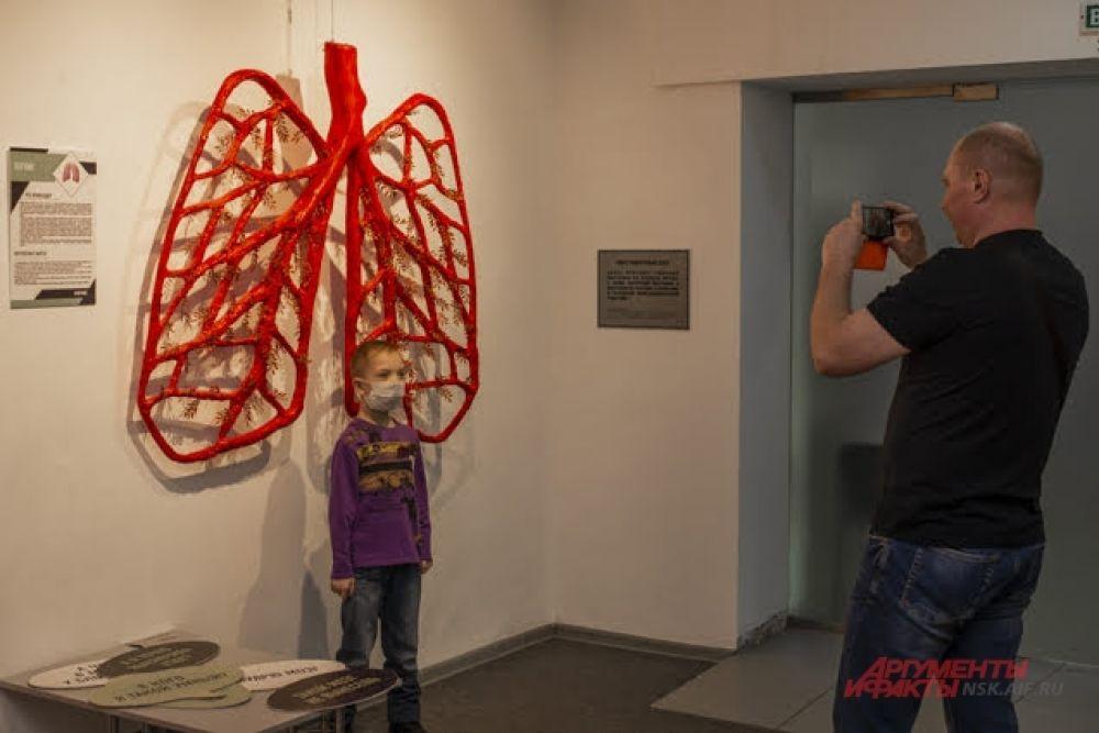Маленьких посетителей приводят в восторг экспонат высотой в человеческий рост.