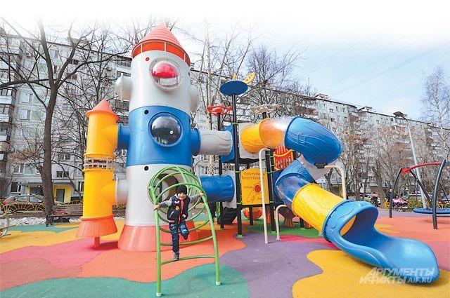 Трёхэтажная горка на ул. Генерала Белова (ЮАО) – хит № 1 у местных детей. Туда забираются даже подростки, когда в салки играют.