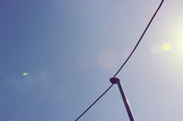 В Ноябрьске на парковке у больницы на автомобиль упал фонарный столб