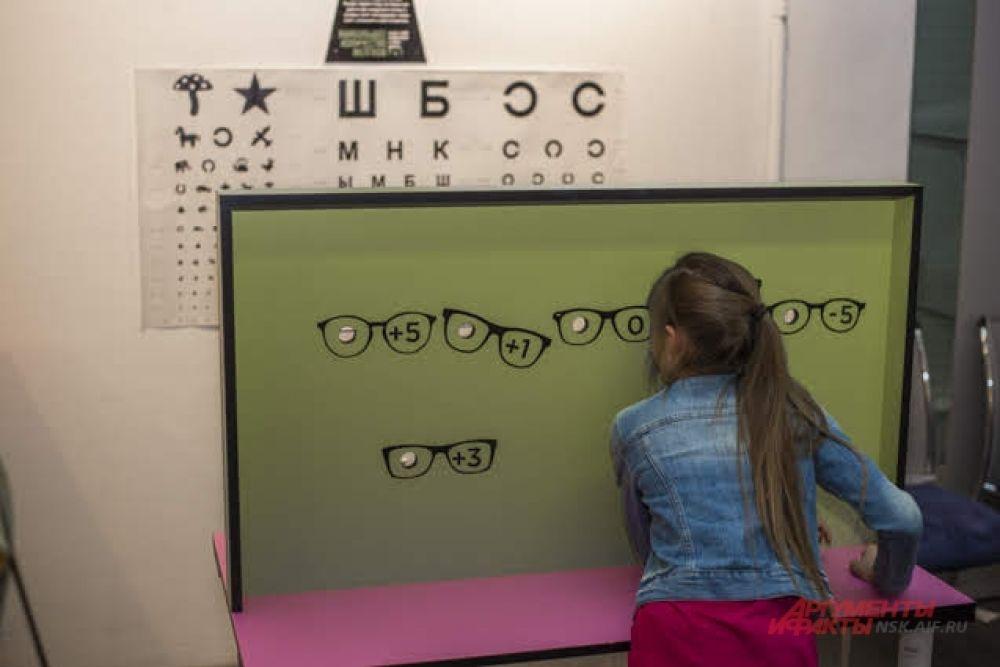 Узнавая новое, можно параллельно проверить зрение или, например, измерить силу голоса при помощи специального аппарата.