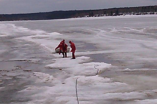 Чтобы добраться до рыбаков, спасателям пришлось преодолеть около трёх километров по льду.