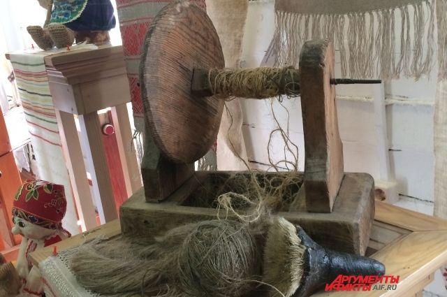 Собирают лен в соответствии со всеми традициями - под молитву делают первый сноп.