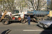 Предварительно, водитель тяжелого грузовика с прицепом не справился с управлением и протаранил одиннадцать машин.
