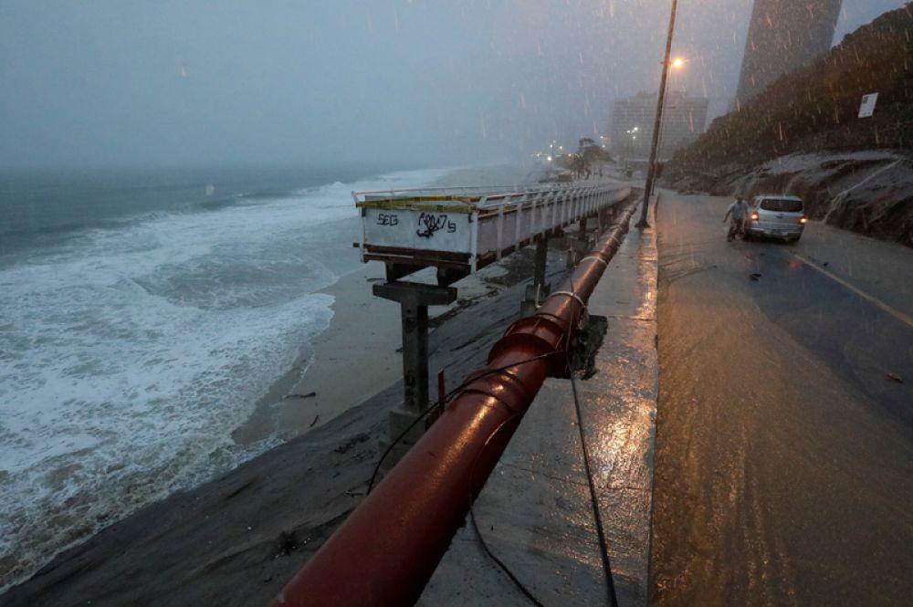 Велосипедная дорожка, построенная к Олимпиаде, во время проливных дождей в Рио-де-Жанейро.