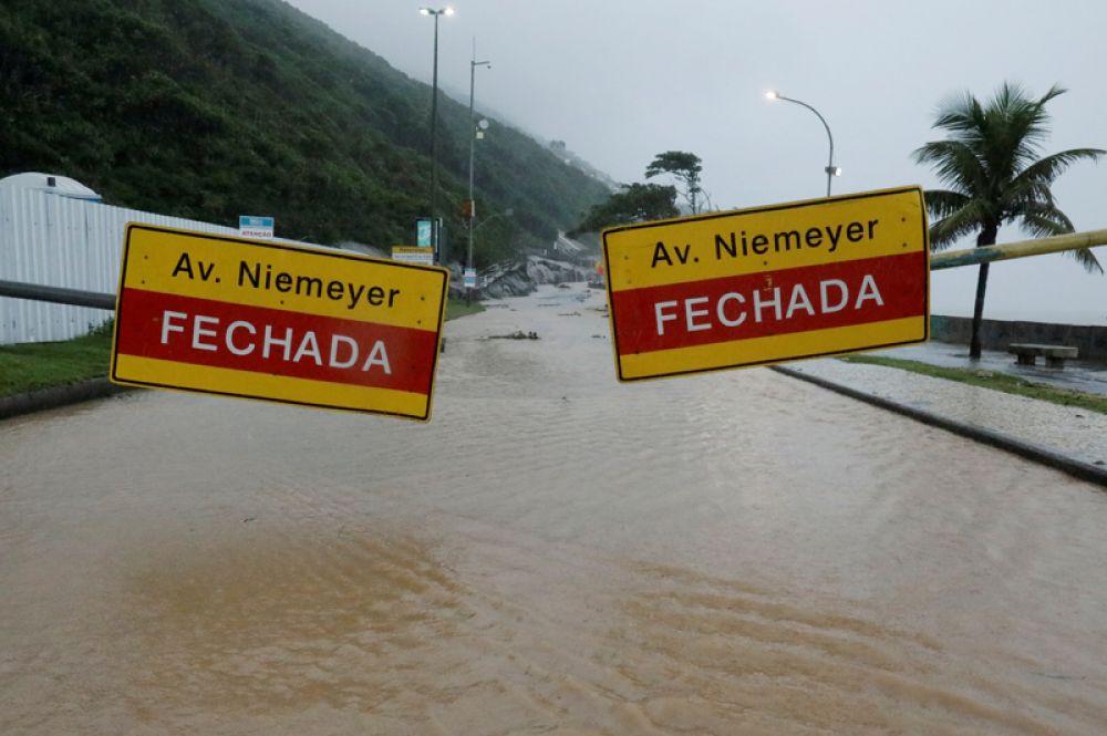 Закрытый проспект Нимейера в Рио-де-Жанейро.