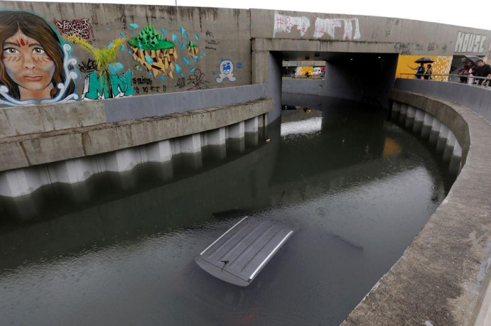 Затонувший автомобиль районе Барра-да-Тижука в Рио-де-Жанейро.