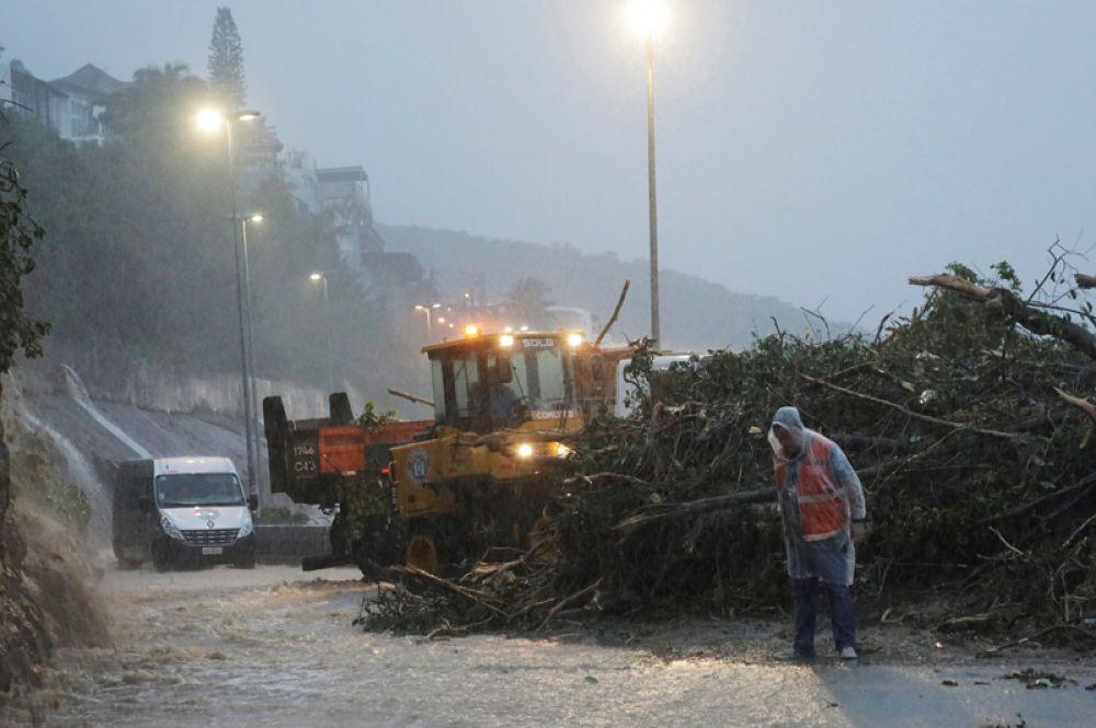 Трактор расчищает мусор на проспекте Нимейера.