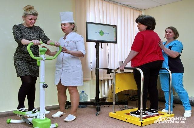 В зале лечебной физкультуры пациенты восстанавливают здоровье на современных тренажёрах.