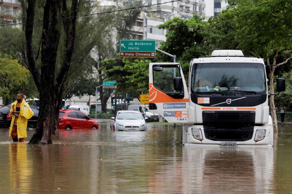 Грузовик, застрявший на затопленной улице в районе Жардин-Ботанику в Рио-де-Жанейро.