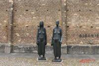 У стен концлагеря Равенсбрюк установлен памятник узницам.