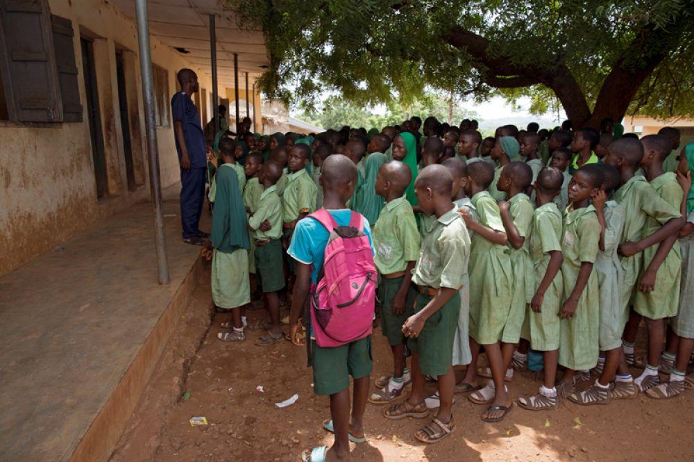 Перерыв в школе в Игбо-Ора. Среди детей — девять пар близнецов.