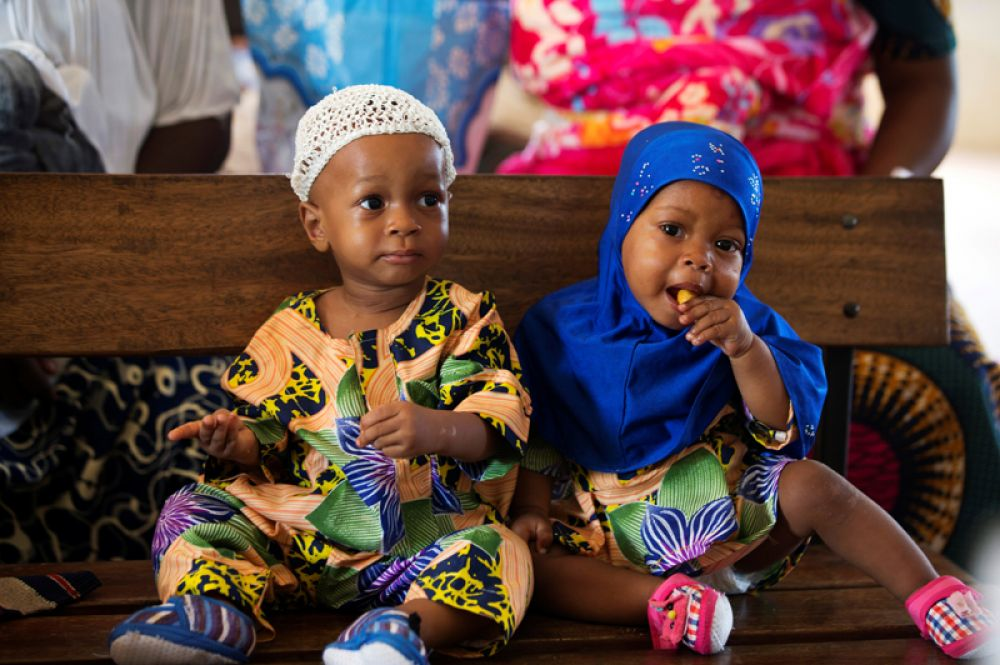 Кехинде и Тайво Акинбола в больнице в ожидании прививок.