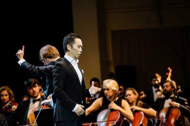 В фестивале участвуют как российские, так и зарубежные певцы.