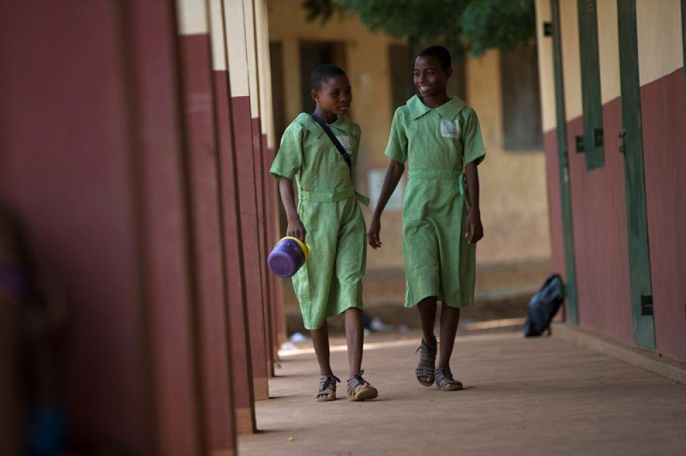 Тайво и Кехинде Ойедепо идут по коридору школы.