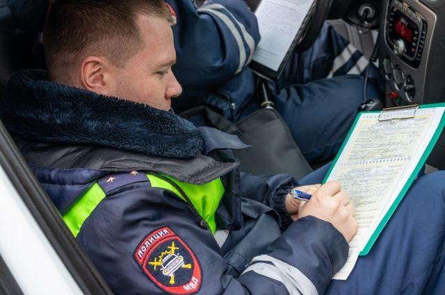 В Омске оштрафовали водителя маршрутки за разговор по телефону