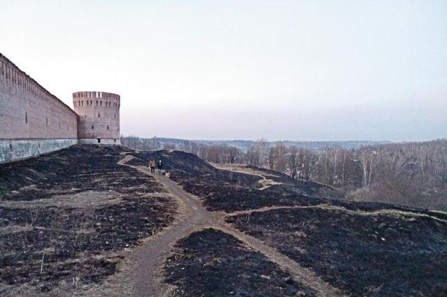 Выгоревшие поля за стенами Смоленской крепости напоминают об осаде города в 1609 - 11 годах.