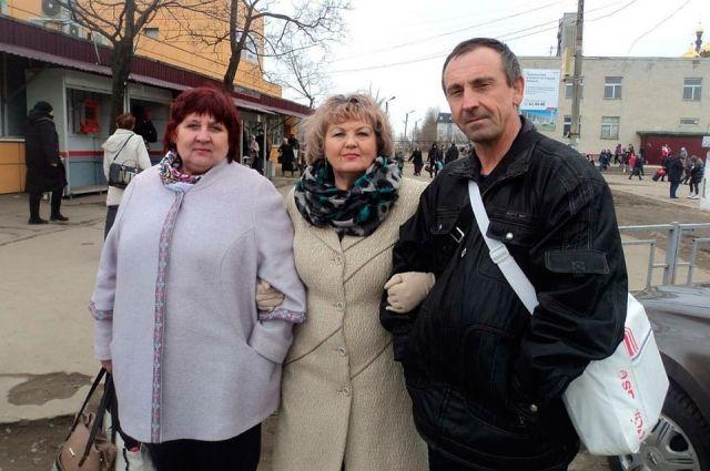 Жена Евгения (слева), сестра Ольга (посередине) и сам Евгений