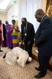 Папа Римский Франциск целует ноги лидерам Южного Судана в знак будущего национального примирения в стране, где произошел военный переворот.
