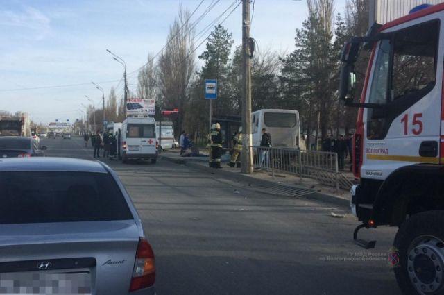 Маршрутка протаранила остановку вВолгограде: мужчина умер моментально