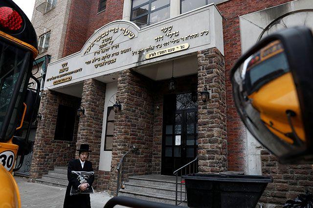 Хасид у еврейской школы в Нью-Йорке.