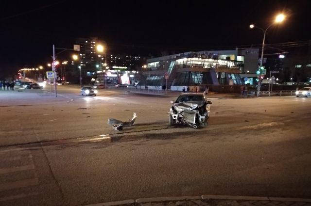 Один из автомобилей вылетел на проезжую часть и перекрыл движение.