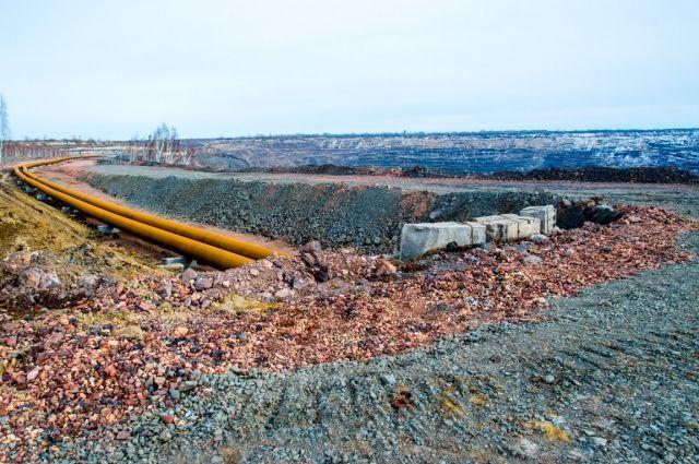 Трубопровод прокладывают по северному борту карьера