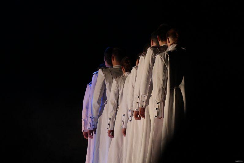 В постановке много символов. Смена черных одежд на белые тоже несет в себе определенное значение.