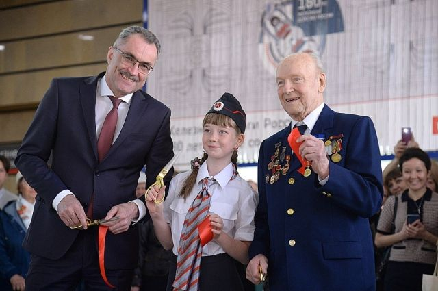 Анатолий Храмцов, Александр Балкашин и юная железнодорожница Кристина открывают выставку «Время в пути».