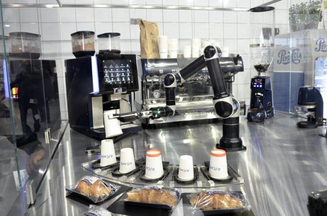 Уникальный робот-бармен начал работать в Днепре