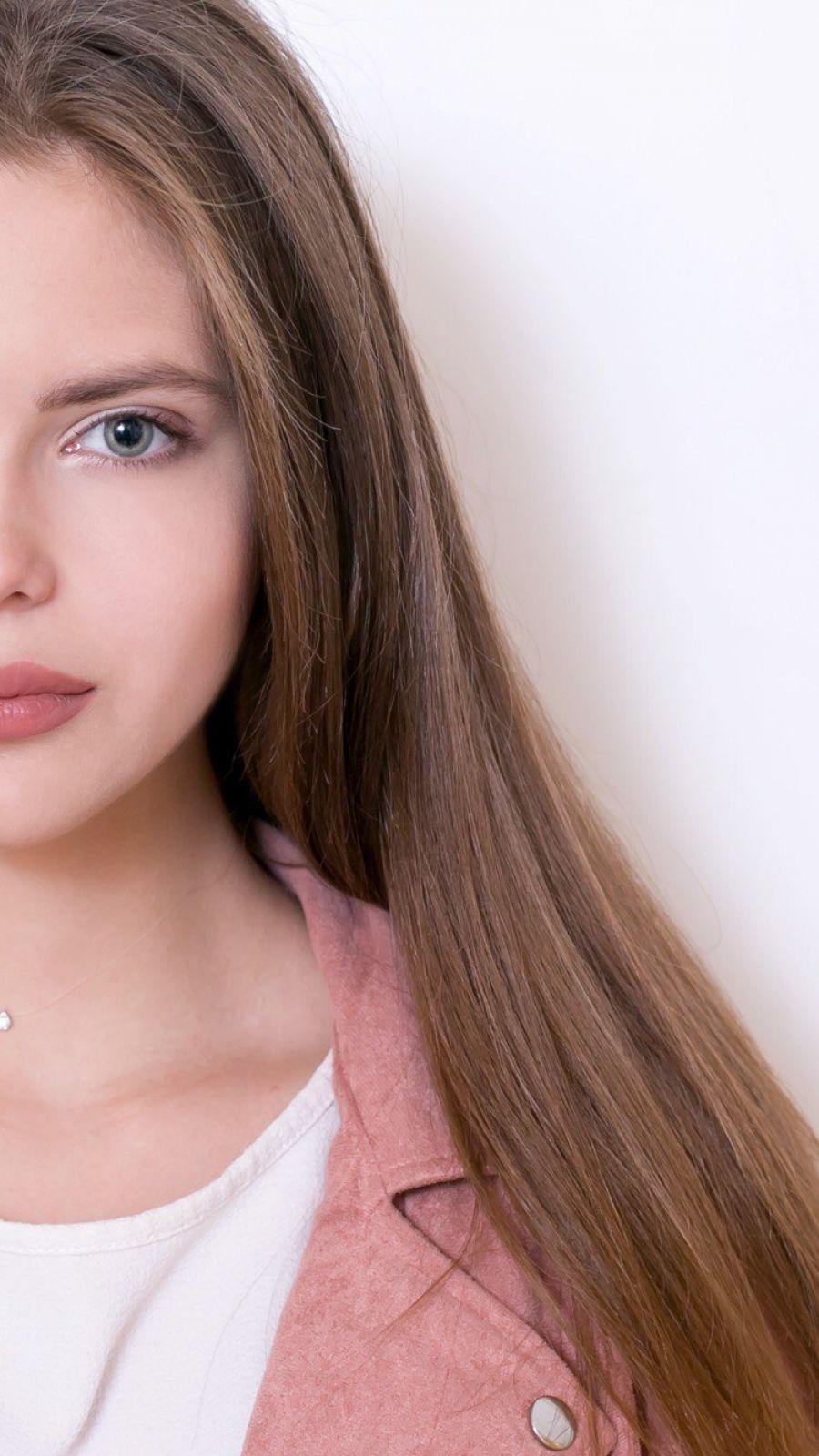 Елена - официальное лицо одной из косметологических фирм.
