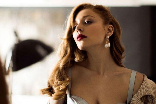 Украинская певица вышла в свет в новом привлекательном наряде. Черное бархатное платье идеально подчеркнуло прекрасную фигуру артистки.