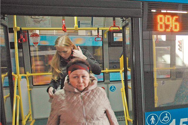 Автобус по маршруту № 896 никогда не пустует.