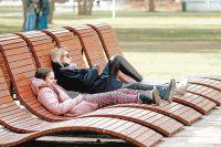 Самым интересным местом в парке стала набережная левого берега Сходни, где создали смотровые площадки со стильными деревянными диванами.