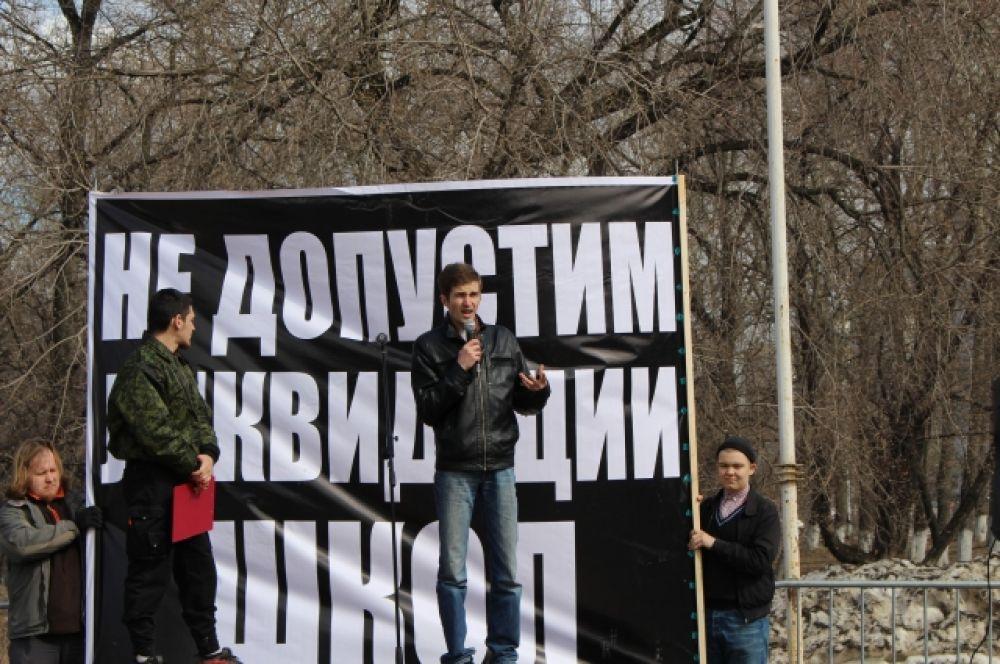 Перед собравшимися выступили родители учеников школ.