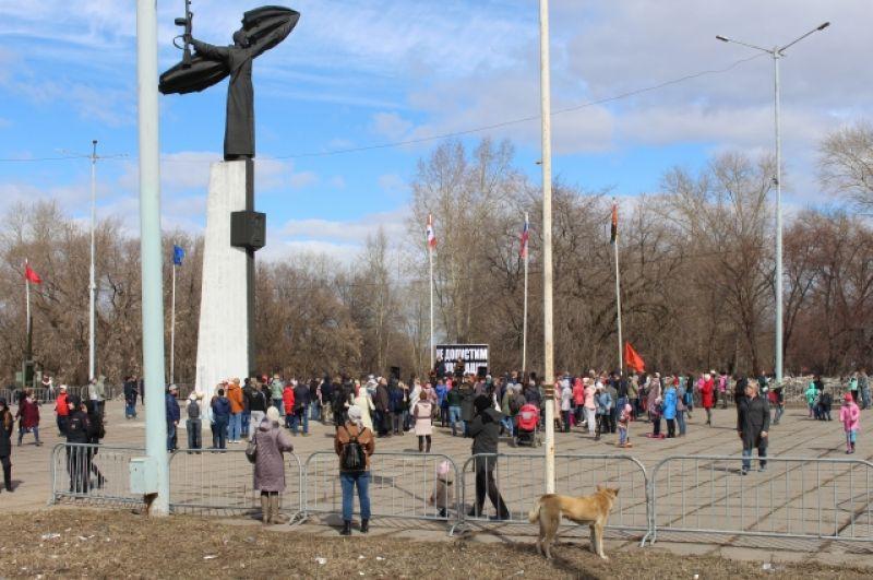 За тем, что происходило у памятника Воину-победителю внимательно следили проходящие мимо пермяки.