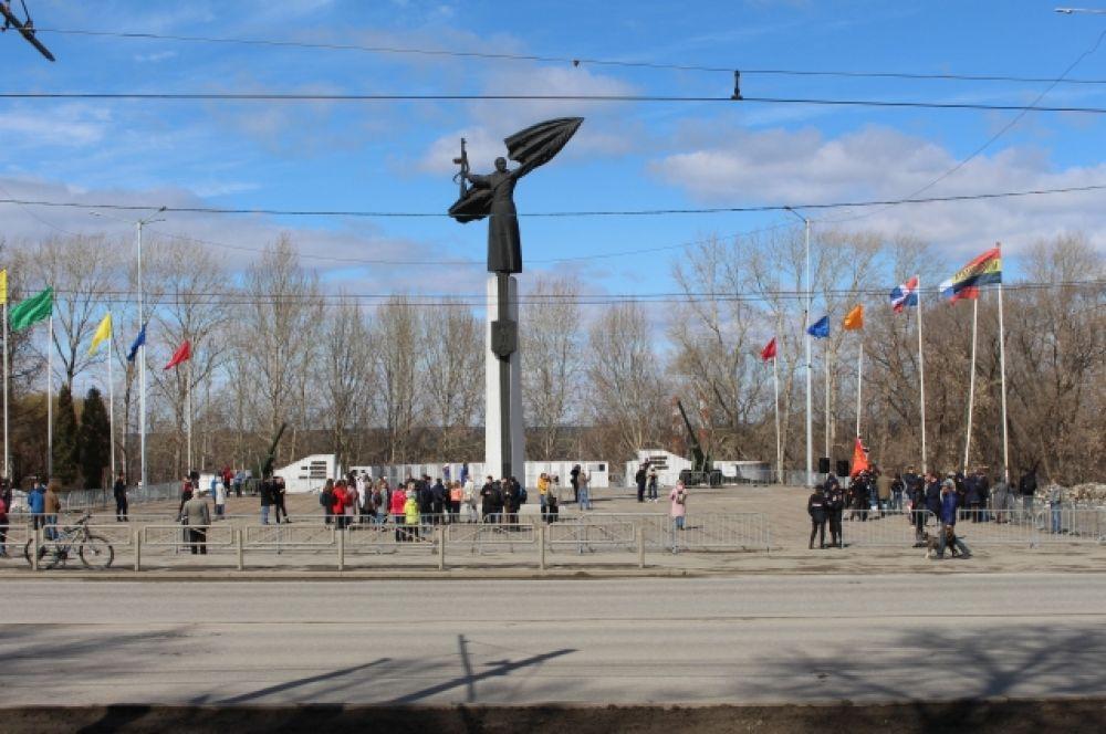 Перед началом митинга на площади собирался народ и играла музыка.