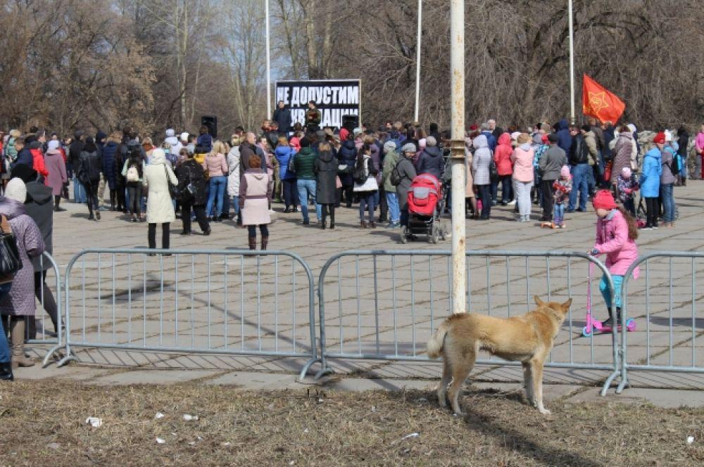 Родители детей-школьников оставили свои домашние дела и пришли на митинг.