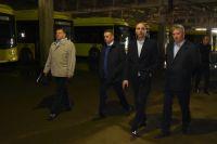 Первые лица города и области осмотрели автобусный парк, пообщались с сотрудниками предприятия, а также обсудили с руководителем МКП Владимиром Ардеевым пути вывода предприятия из кризиса.