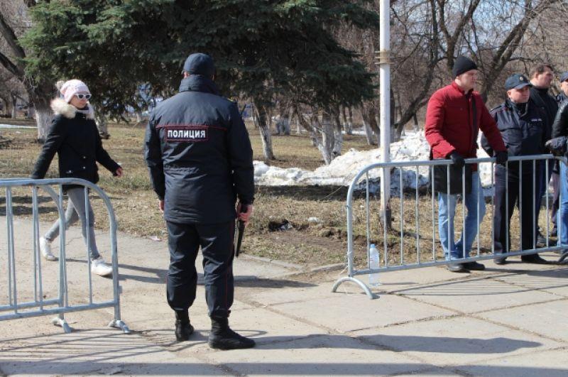 Территория, где собирались митингующие, была ограждена, входящих проверяли с металлоискателями сотрудники полиции.