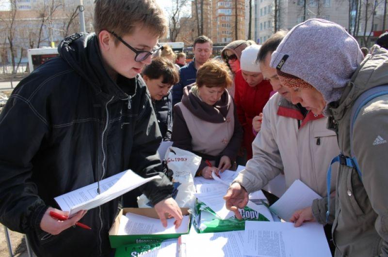 На митинге был организован сбор подписей против слияния школ.