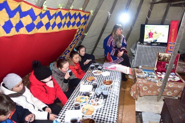 Тазовским школьникам в тундре рассказали о жизни тружеников оленеводства