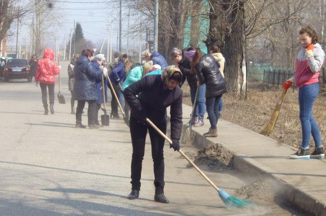 Кузбассовцы собирали мусор и ворошили снег.