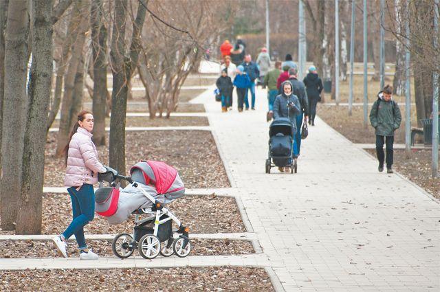 Бульвар Генерал Карбышева - популярное место для прогулок у жителей района.