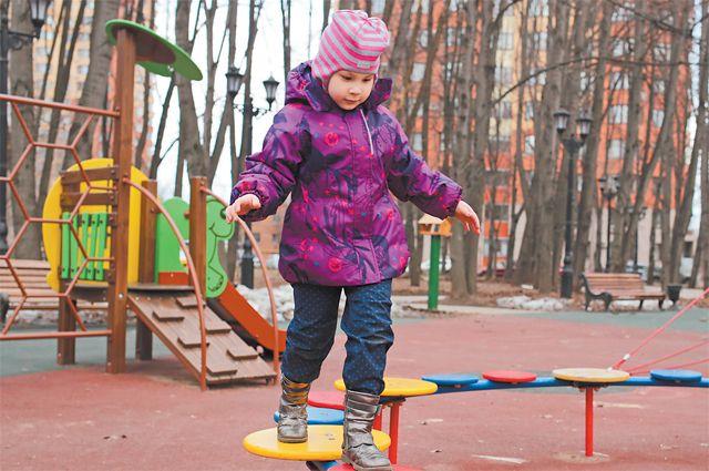 В сквере «Кленовый» обустроили детскую площадку– многоуровневый комплекс, рассчитанный надетей разных возрастов.