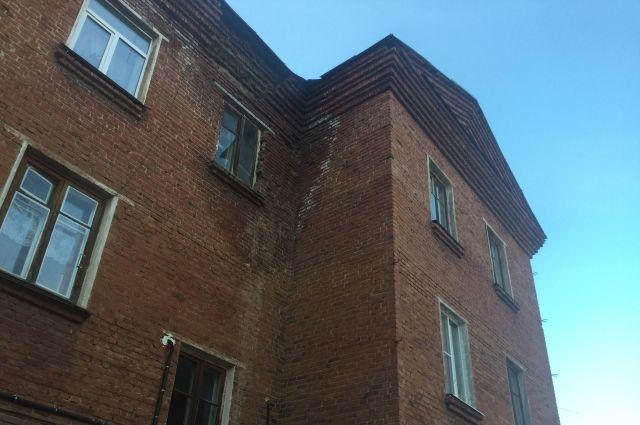 В Омской области прокуратура потребовала снести 11 аварийных домов
