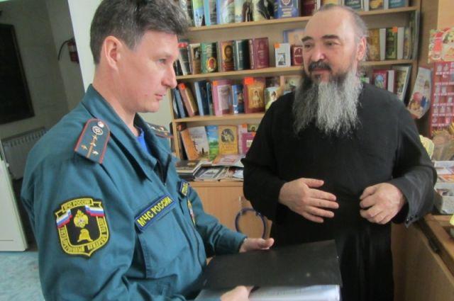 В Оренбуржье сотрудники МЧС перед Пасхой проверяют храмы