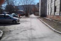 Девочка шла по двору, когда её сбил автомобиль.