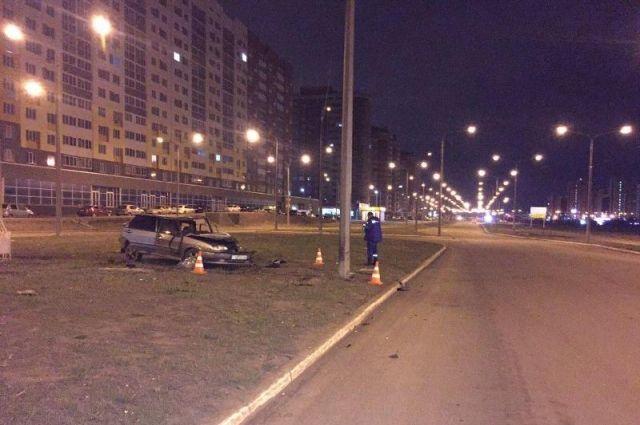 В Оренбурге ночью водитель «ВАЗа» врезался в световую опору
